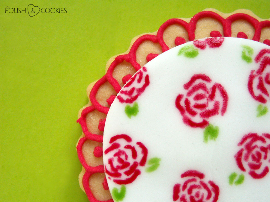 Malowane róże na paznokciach