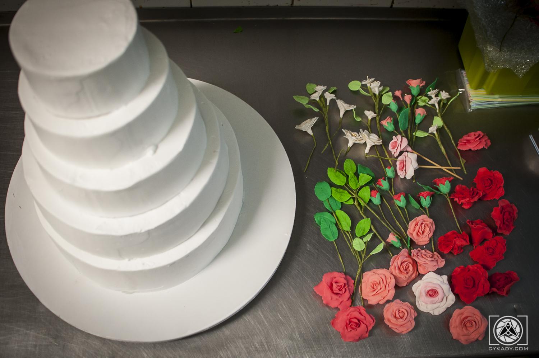 jak udekorować tort kwiatami