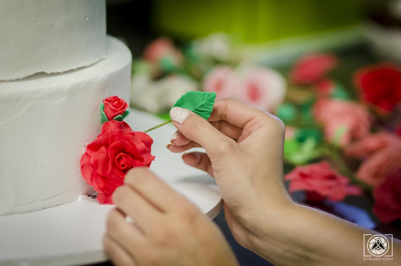 kwiaty na tort weselny