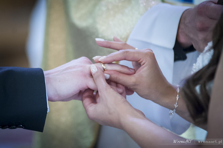 paznokcie ślubne z koronką