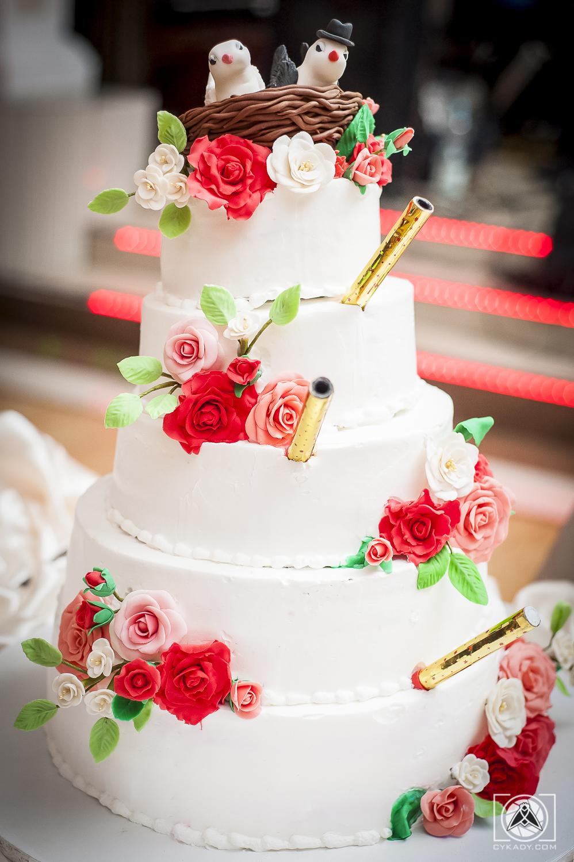 tort ślubny z kwiatami ptaszkami