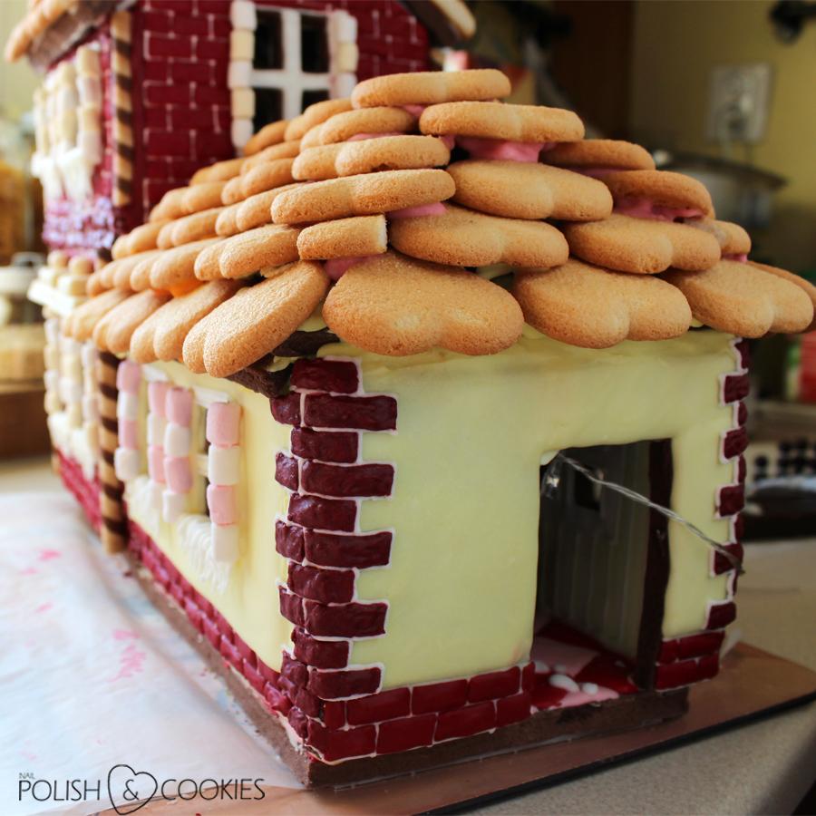 domek z piernika dach z ciasteczek herbatników