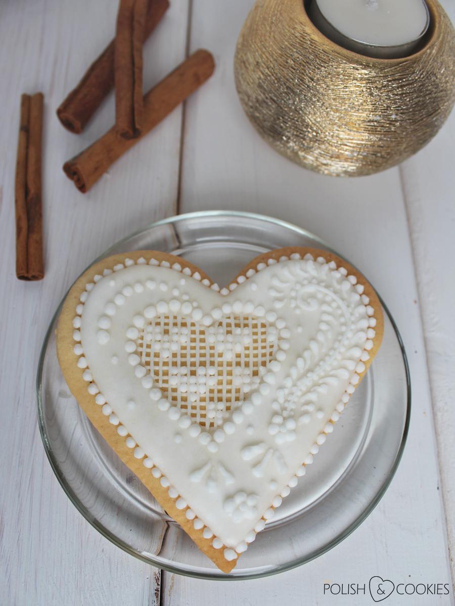 ciasteczka serca delikatne z lukrem koronkowe