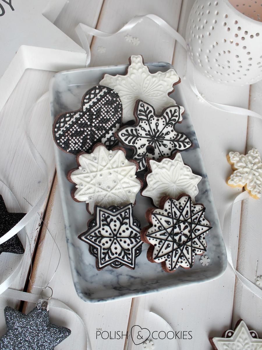 ciasteczka świąteczne lukrowane pierniczki  czarny lukier królewski