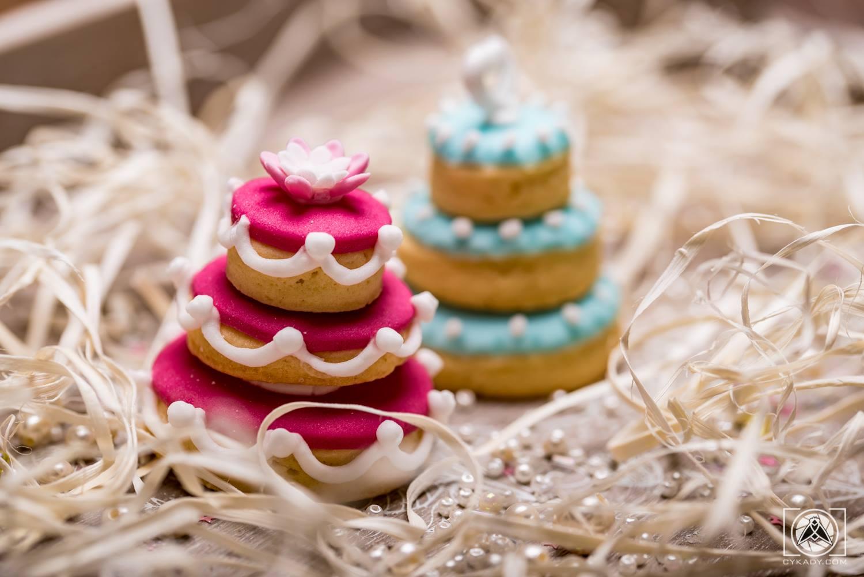 ciasteczka minitorty ślubne weselne prezenty dla gości różowe niebieskie