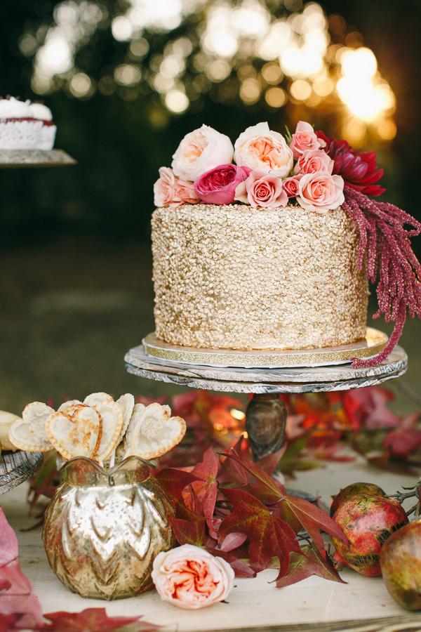 tort ślubny z cekinami z brokatem z kwiatami złoty tort weselny