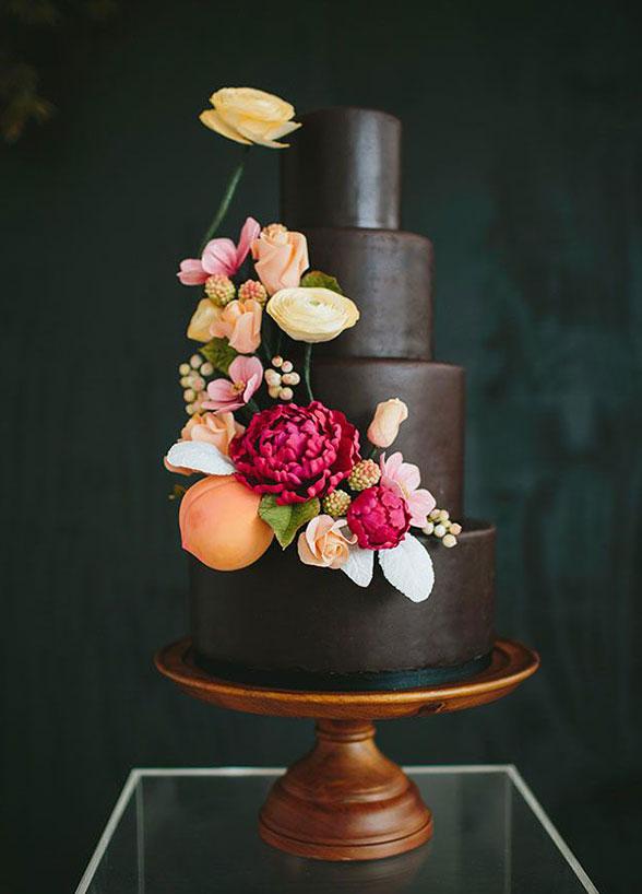 elegancki tort ślubny weselny czarny brązowy nietypowy z kwiatami