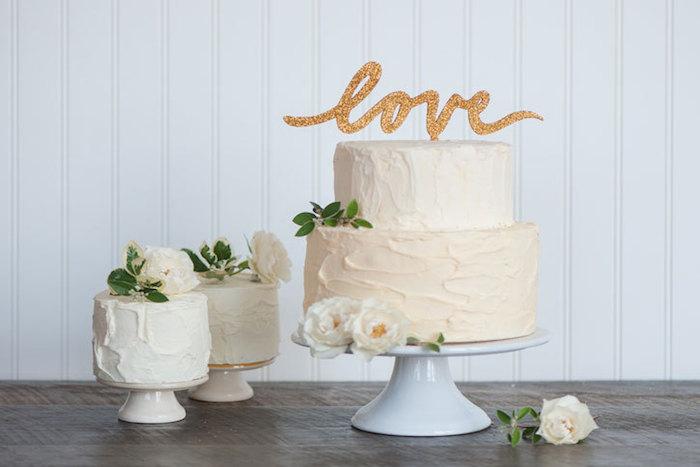 minimalistyczny tort weselny ślubny love biały z kremem